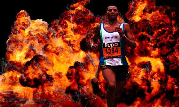 persona che corre con dietro il fuoco