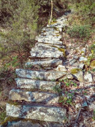 Antica scalinata in pietra sul percorso