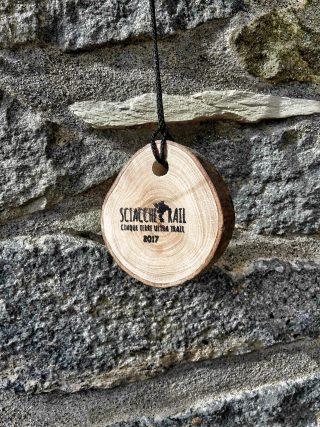 fotografia della medaglia in legno da finisher dello Sciacchetrail 2017