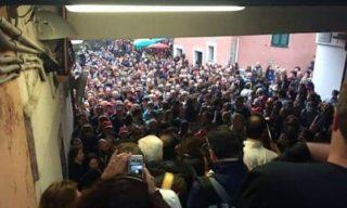 Foto della ressa di persone a Vernazza
