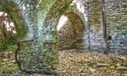 Le arcate in pietra del pian terreno di Casa Pilloa