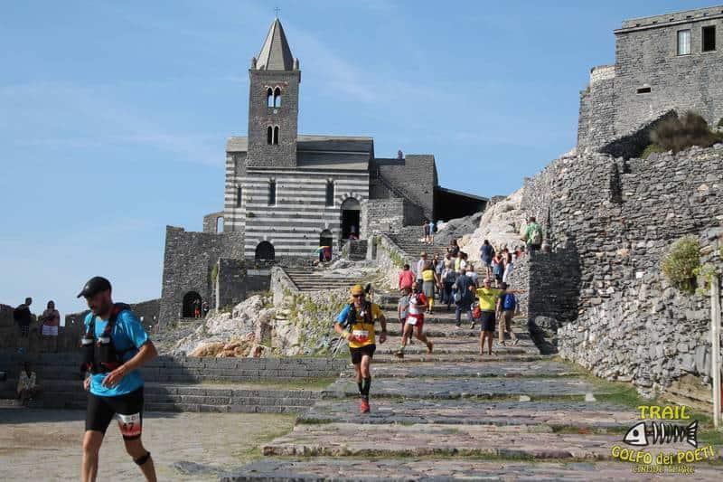 Passaggio del Trail Golfo dei Poeti 2018 di fronte alla chiesa di San Pietro a Portovenere